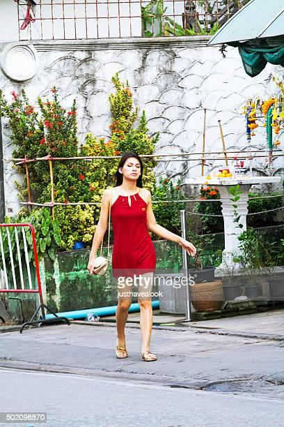 thai transgender in abito rosso con borsa d'oro - kathoey foto e immagini stock