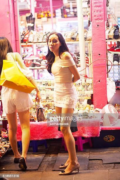 transexual tailandés en vestido blanco - kathoey fotografías e imágenes de stock