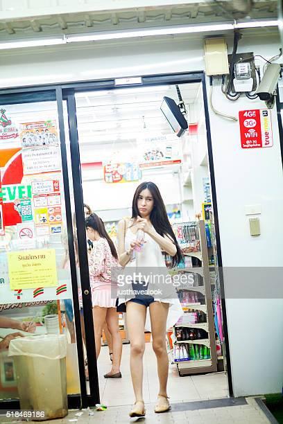 tailandés transexual hojas 7-11 de compras en la noche - kathoey fotografías e imágenes de stock