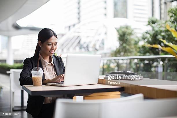 タイの女性彼女のタブレット cheching didgital アプリのアラートを示します。
