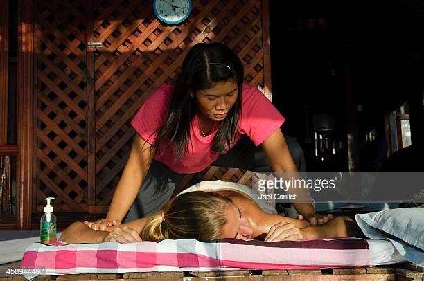 thai massage at sairee beach on ko tao - thai massage stockfoto's en -beelden