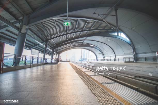 タイ空港鉄道リンクスカイトレイン空港鉄道リンクは、スヴァルナプームに行くラチャプラロップのプラットフォーム上の鉄道リンク - 乗り物に乗って ストックフォトと画像