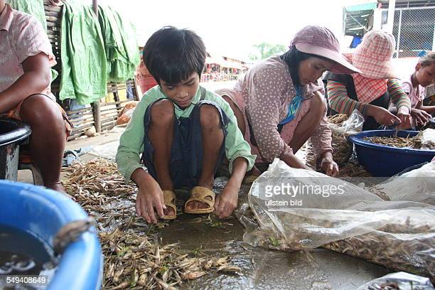 Aranyaprathet border region between Cambodia and Thailand Thousands of Cambodian people shuttle every day for working on the 'rong glua' the market...