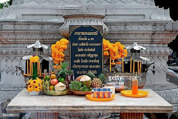 Thailand Bangkok Altar mit Opfergaben