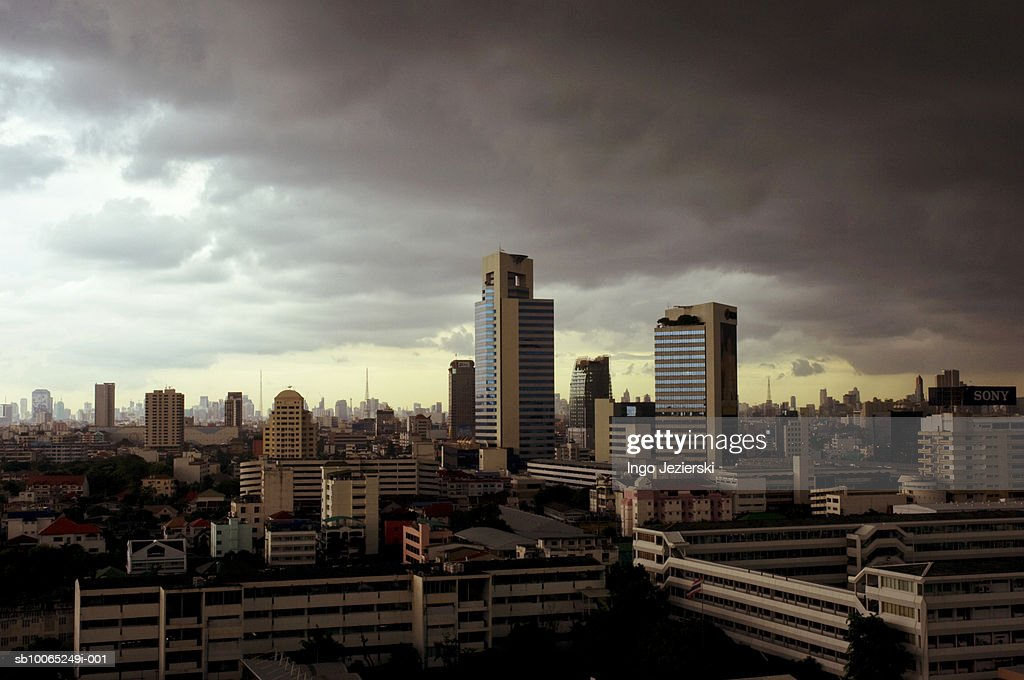 Thailand, Bangkok, Lad Phrao, monsoon clouds moving over office buildings : Foto stock