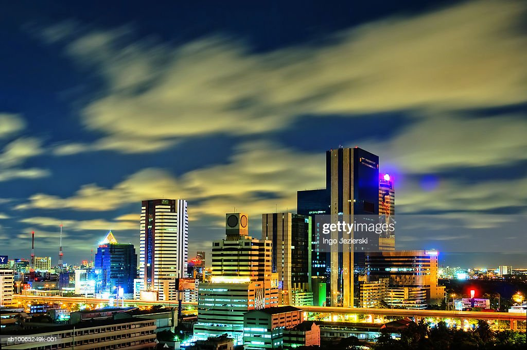 Thailand, Bangkok, Lad Phrao, office buildings at night : Foto stock
