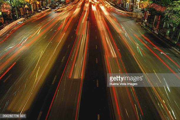 thailand, bangkok, traffic on ratchadamri road, night (long exposure) - ラチャダムリ通り ストックフォトと画像