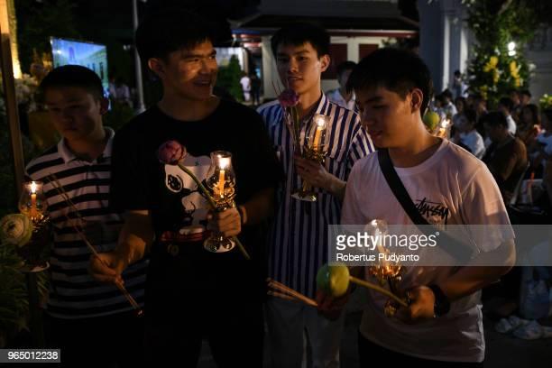 thailand buddhists celebrate the vesak day 2562 be - 灌仏会 ストックフォトと画像
