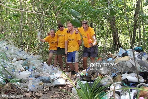 THA Thailand Changwat Koh Rawi die vermuellte Bucht Au Lueck 40 bis 60 Touristen und Einheimische reinigen freiwillig jeden Montag mit der...