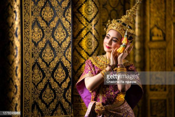 thailand culture khon performance arts acting entertainment dance traditional costume. asia acting dancing pantomime show.actress sida in traditional pantomime is dancing. - linda rama - fotografias e filmes do acervo
