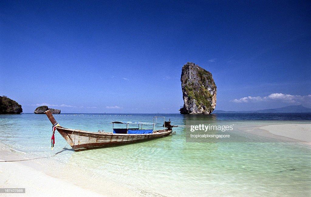 Tailândia, Província de Krabi, Ko Poda, longtail boat. : Foto de stock