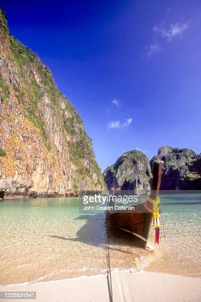 thailand, taxi boat at maya bay - asiatisches langboot stock-fotos und bilder