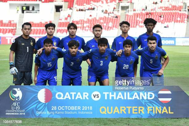 Thailand team pose during the AFC U19 Championship Indonesia quarter final match between Qatar and Thailand at the GBK Main Stadium on October 28...