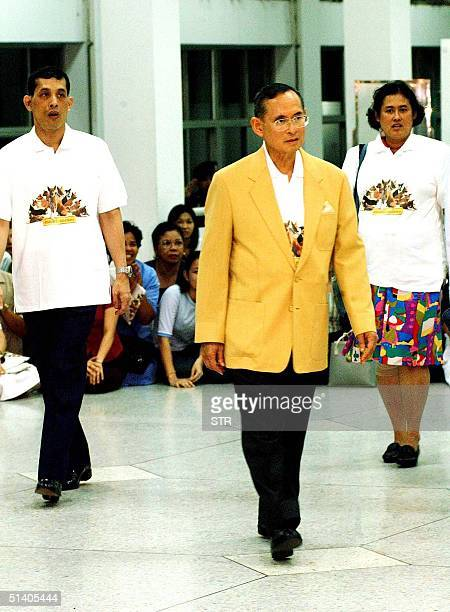 Thailand's King Bhumibol Adulyadej leaves Siriraj Hospital 07 February 2002 flanked by Prince Maha Vajiralongkorn and Princess Maha Chakri Sirindorn...