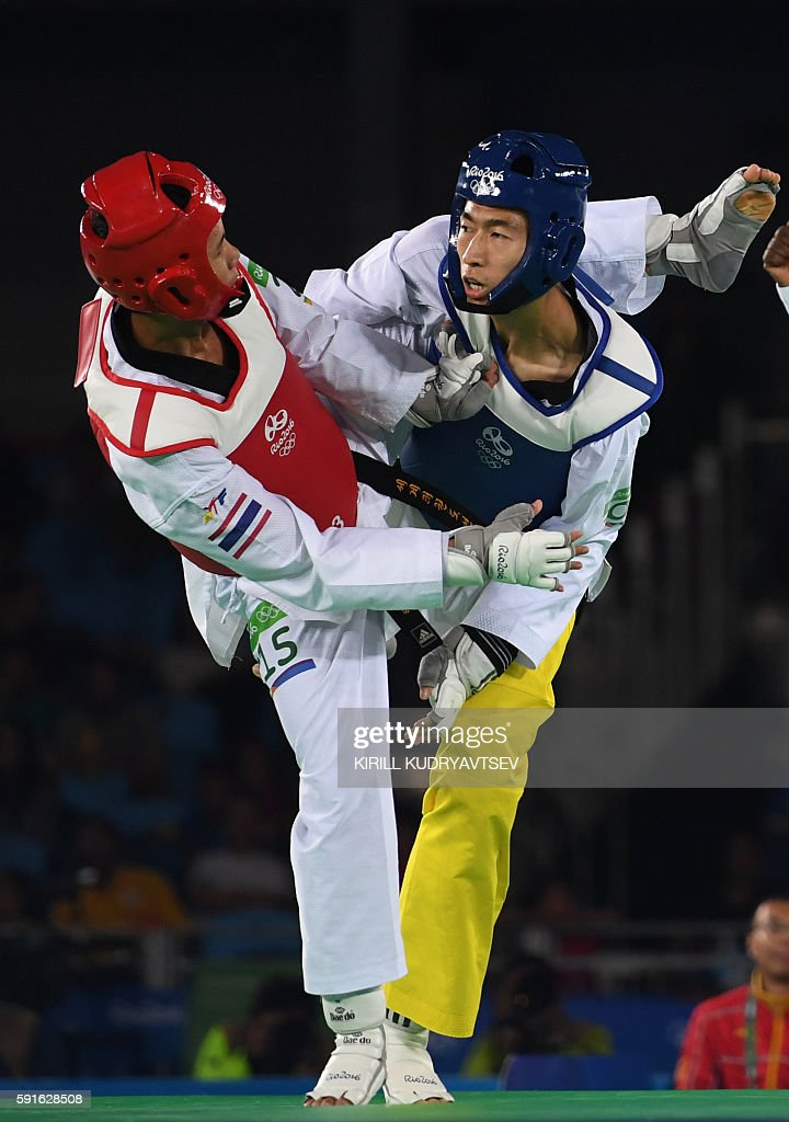 Thailand's Tawin Hanprab (L) competes against China's Zhao Shuai in the men's taekwondo gold medal bout in the -58kg category as part of the Rio 2016 Olympic Games, on August 17, 2016, at the Carioca Arena 3, in Rio de Janeiro. / AFP / Kirill KUDRYAVTSEV
