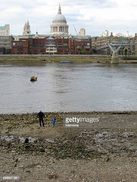 thames tides - low tide stock pictures, royalty-free photos & images