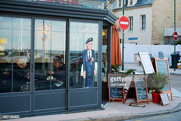 thank you to d-day veterans - arromanches, france - arromanches stock pictures, royalty-free photos & images