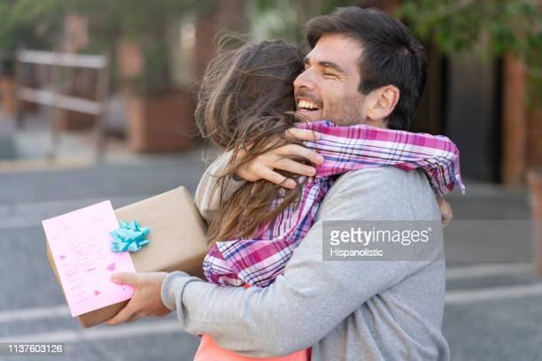 thankful daddy hugging daughter for gift and card - dia dos pais imagens e fotografias de stock