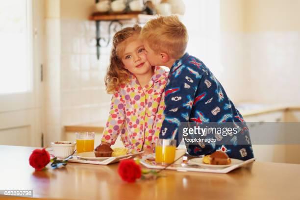 gracias a little sis para ayudar con el desayuno - de amado carrillo fuentes fotografías e imágenes de stock