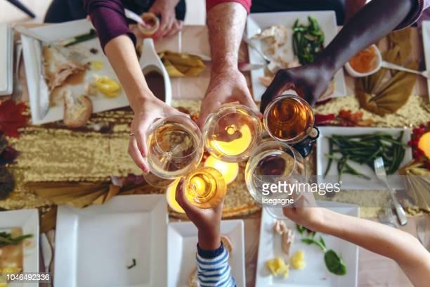 Célébration de Thanksgiving avec des amis