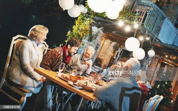 thanksgiving-dinner-party. - gartenparty stock-fotos und bilder