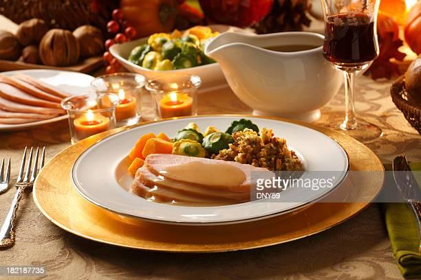 感謝祭ディナー - グレービー ストックフォトと画像