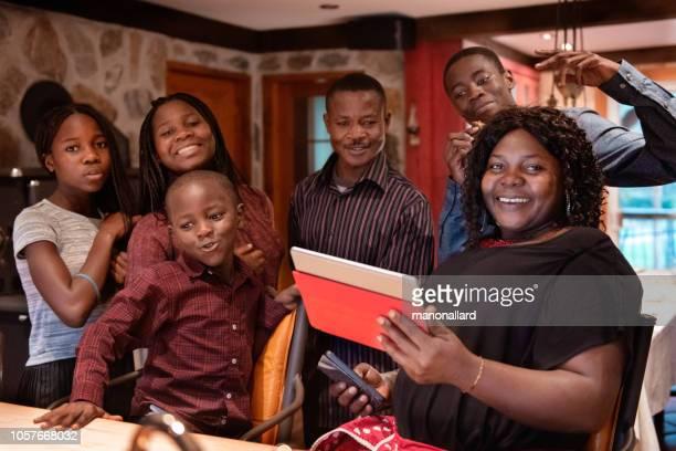 jantar de ação de graças com a família de africano-americano, preparando o jantar - african american family dinner - fotografias e filmes do acervo