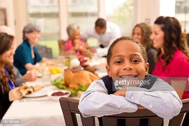 celebración del día de acción de gracias: familia y amigos disfrutar de una cena en grandma la asamblea. - african american family dinner fotografías e imágenes de stock