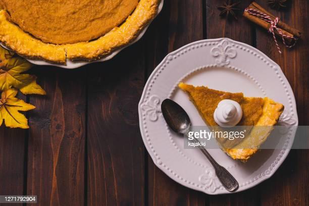 ホイップトッピングと感謝祭の休日カボチャパイ - 焼き菓子 ストックフォトと画像