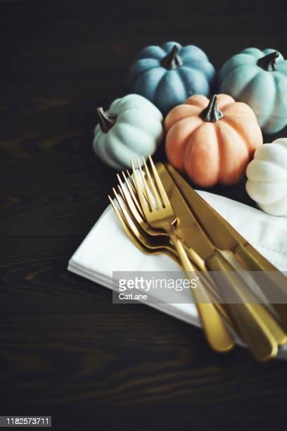 thanksgiving tabel setting achtergrond met pompoenen en gouden bestek - softfocus stockfoto's en -beelden