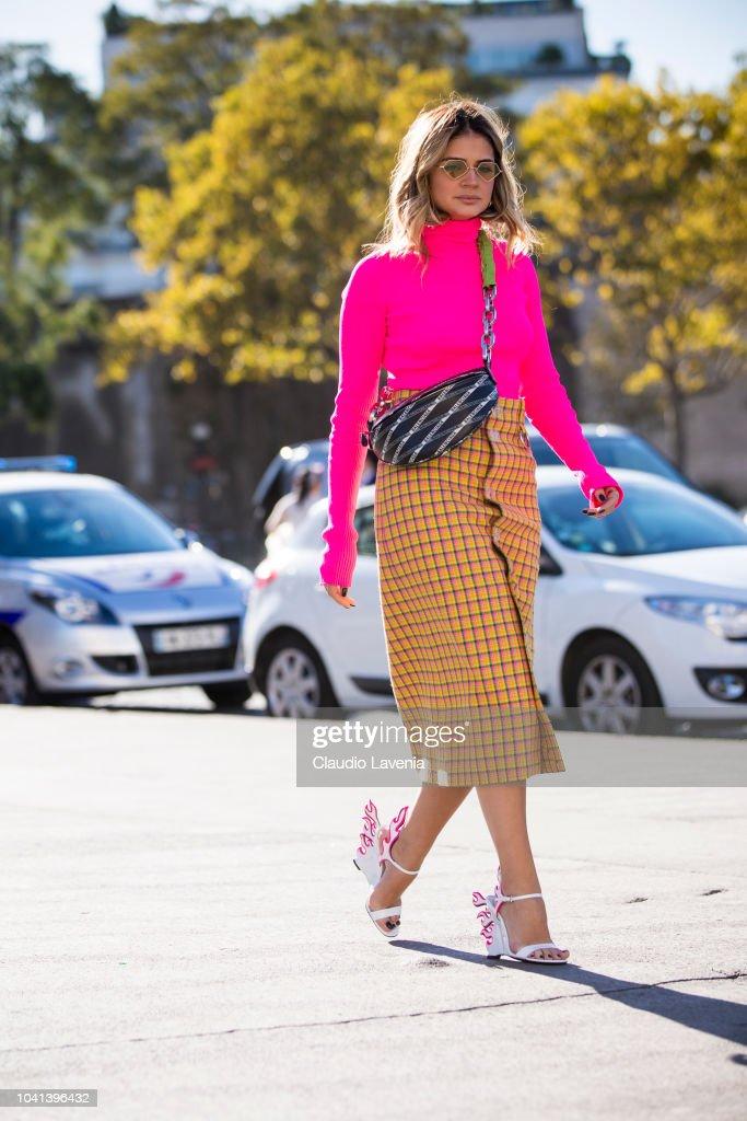 Street Style : Paris Fashion Week Womenswear Spring/Summer 2019 : Day Three : Photo d'actualité