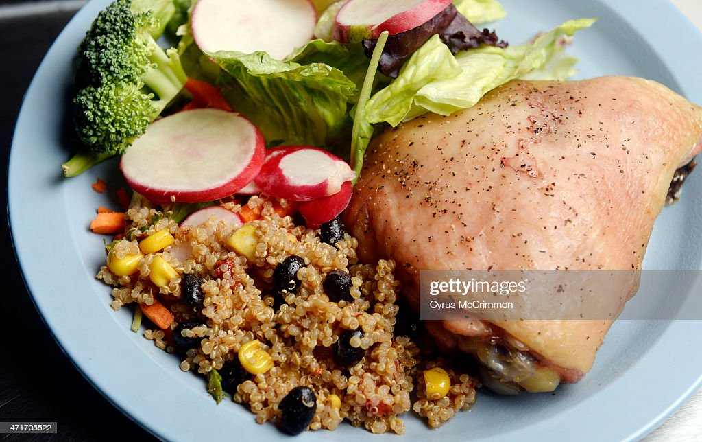 That day's lunch of roasted chicken, quinoa, and salad  in Boulder at Casey Middle School. Chef Ann Cooper is director of food service for the Boulder Valley School District. : Fotografía de noticias