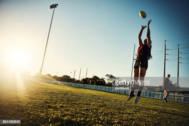das verdient eine sofortige wiedergabe - frauen rugby stock-fotos und bilder