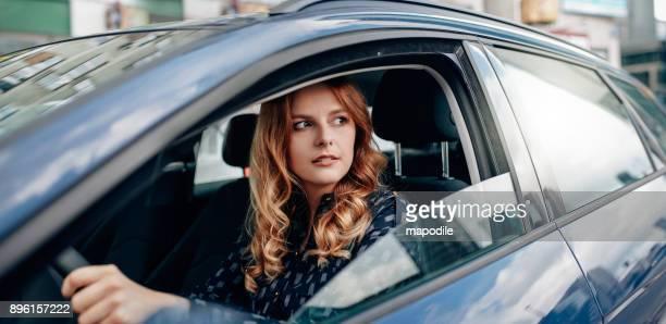 dat moment je weet dat je hebt eindelijk aangekomen - rijden een motorvoertuig besturen stockfoto's en -beelden