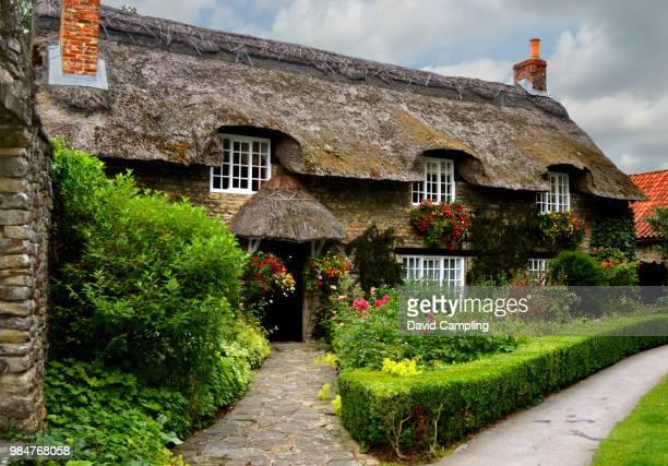 thatched cottage - landhaus stock-fotos und bilder