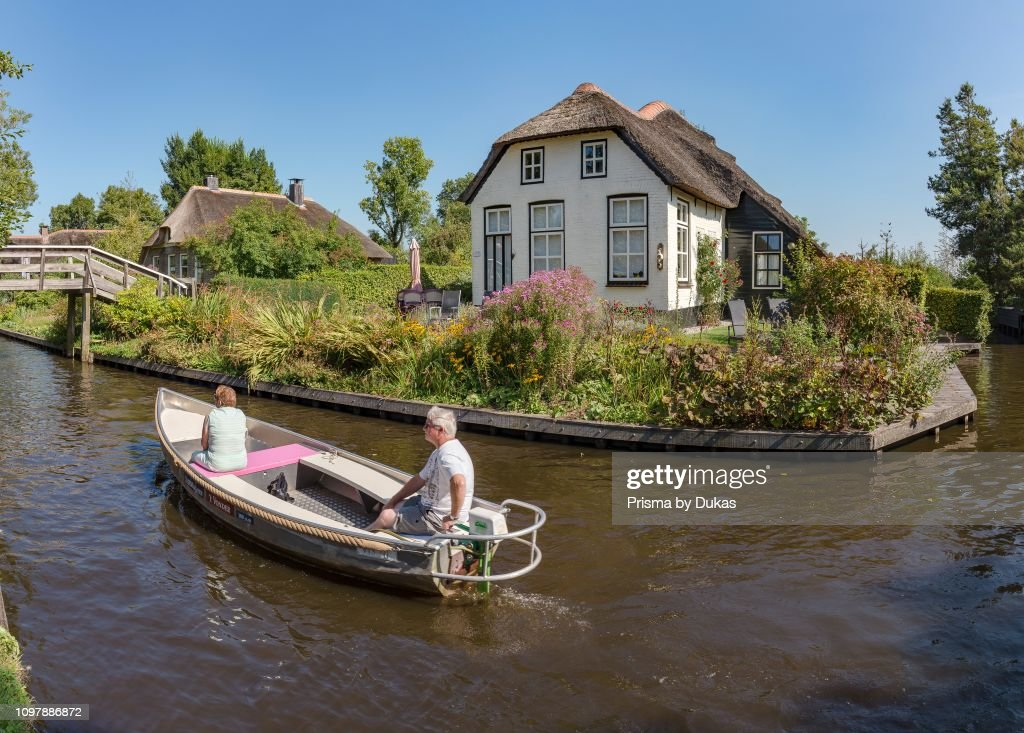 Thathed roof houses along a canal, Giethoorn,  Overijssel : News Photo