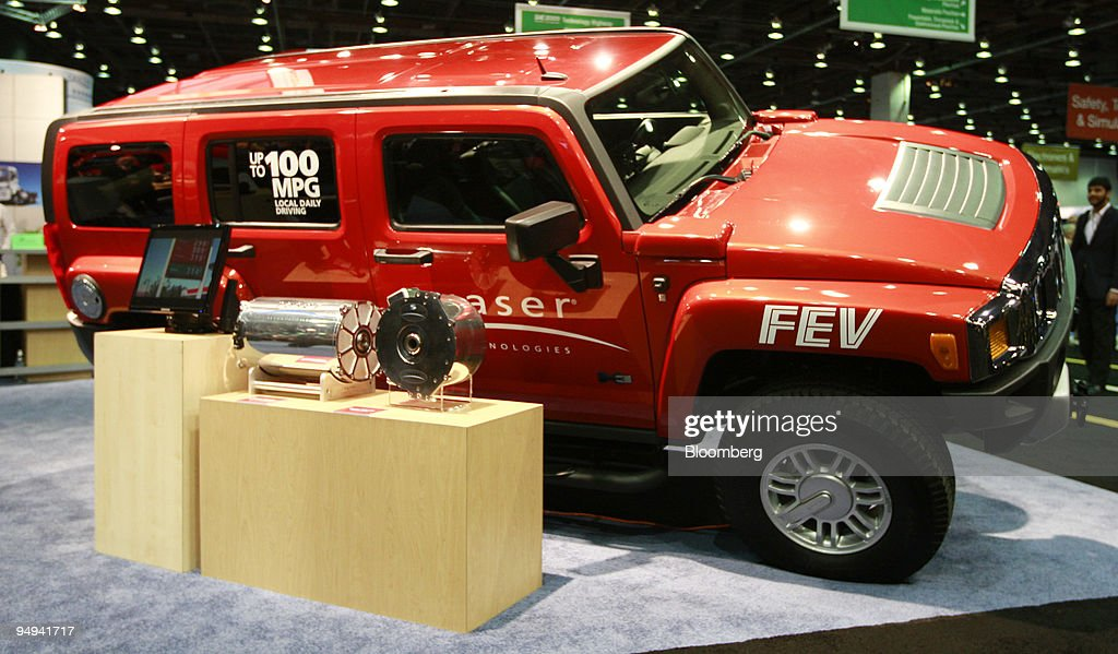 The 100 Mpg Plug In Hybrid Hummer H3 Sits On Display At Sae News