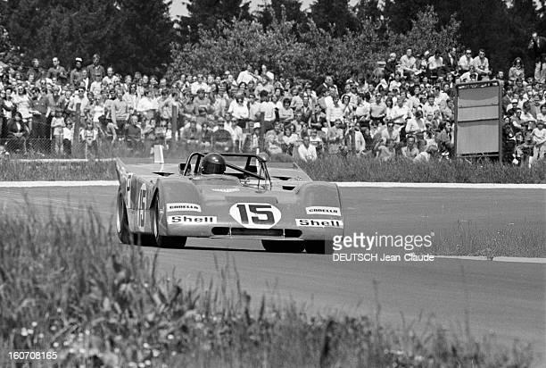 The 1000 Kms Of Nurburgring 1971 En Allemagne sur le circuit du Nürburgring bordé d'une foule de spectateurs la voiture de course portant le numéro...