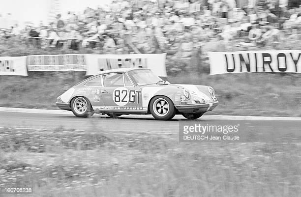 The 1000 Kms Of Nurburgring 1971 En Allemagne sur le circuit du Nürburgring bordé d'une foule de spectateurs la voiture PORSCHE 911 portant le numéro...