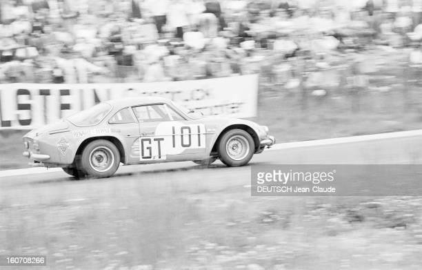 The 1000 Kms Of Nurburgring 1971 En Allemagne sur le circuit du Nürburgring bordé d'une foule de spectateurs une voiture ALPINE RENAULT portant le...