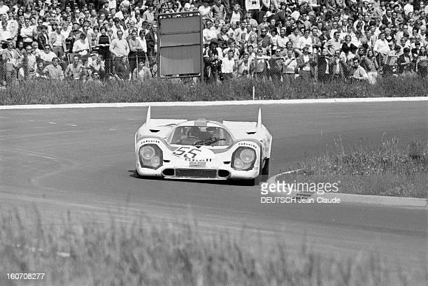 The 1000 Kms Of Nurburgring 1971 En Allemagne sur le circuit du Nürburgring bordé d'une foule de spectateurs la voiture PORSCHE portant le numéro 55...