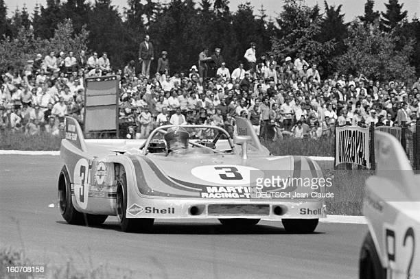 The 1000 Kms Of Nurburgring 1971 En Allemagne sur le circuit du Nürburgring dans un virage la PORSCHE 908 de l'écurie MARTINI RACING portant le...
