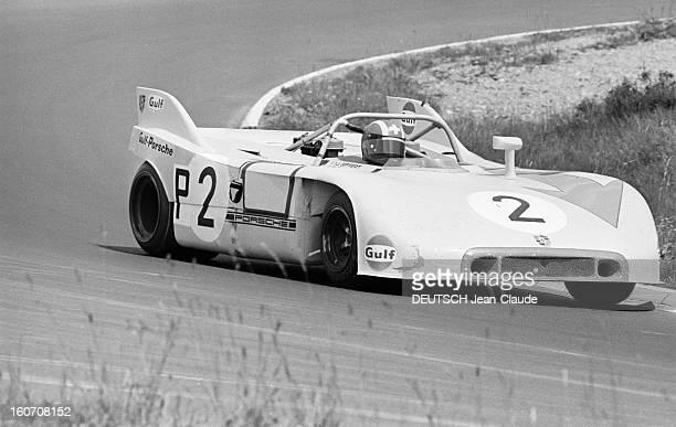 The 1000 Kms Of Nurburgring 1971 En Allemagne sur le circuit du Nürburgring la voiture PORSCHE portrant le numéro 2 prenant un virage