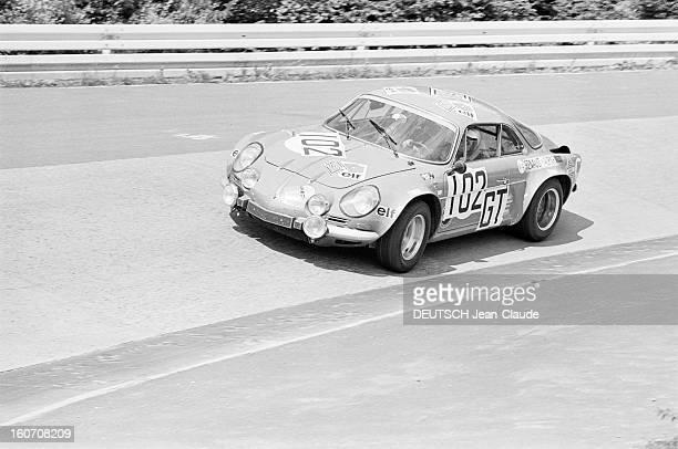 The 1000 Kms Of Nurburgring 1971 En Allemagne sur le circuit du Nürburgring la voiture ALPINE RENAULT portant le numéro 102 roulant sur la piste...