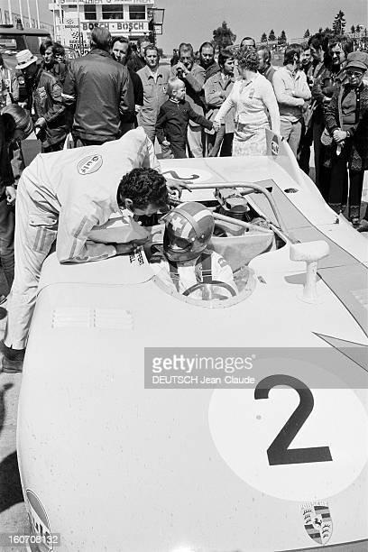 The 1000 Kms Of Nurburgring 1971 En Allemagne sur le circuit du Nürburgring le pilote de la PORSCHE numéro 2 derrière son volant arrêté sur son stand...