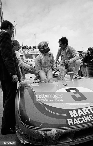 The 1000 Kms Of Nurburgring 1971 En Allemagne sur le circuit du Nürburgring le pilote Vic ELFORD apportant deux bières pour lui et son coéquipier...