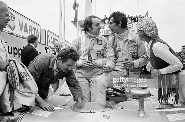 The 1000 Kms Of Nurburgring 1971 En Allemagne sur le circuit du Nürburgring les pilotes Gérard LARROUSSE à gauche et Vic ELFORD en combinaison...