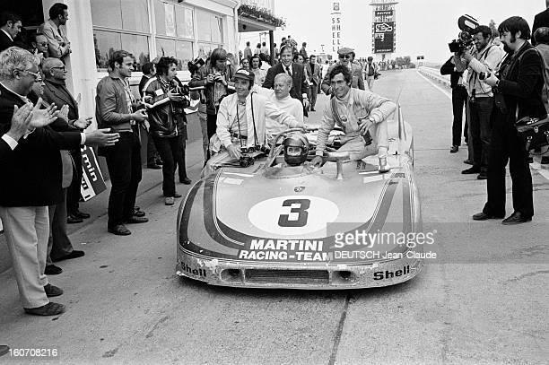 The 1000 Kms Of Nurburgring 1971 En Allemagne sur le circuit du Nürburgring sous les applaudissement de plusieurs personnes le pilote Gérard...