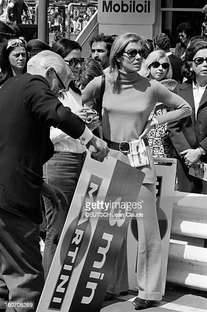 The 1000 Kms Of Nurburgring 1971 En Allemagne sur le circuit du Nürburgring sur le stand de l'écurie MARTINI RACING un homme préparant une pancarte...