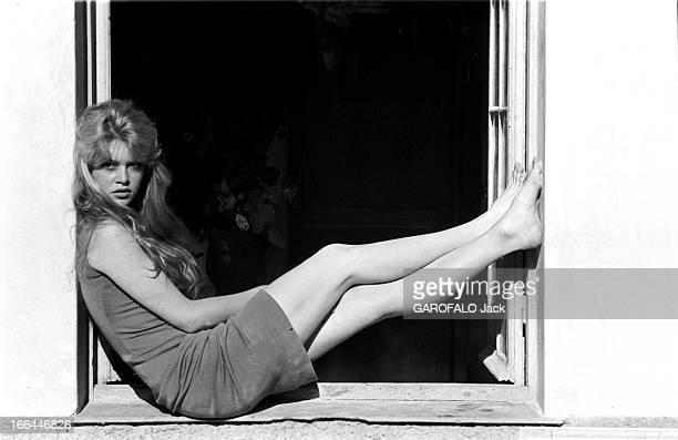 Brigitte Bardot Le 10ème Festival de Cannes 1957 se déroule du 2 au 17 mai attitude de Brigitte BARDOT assise sur le rebord d'une fenêtre les pieds...